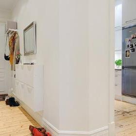 玄关处的拐角.  玄关处安置了衣帽架和鞋柜.图片
