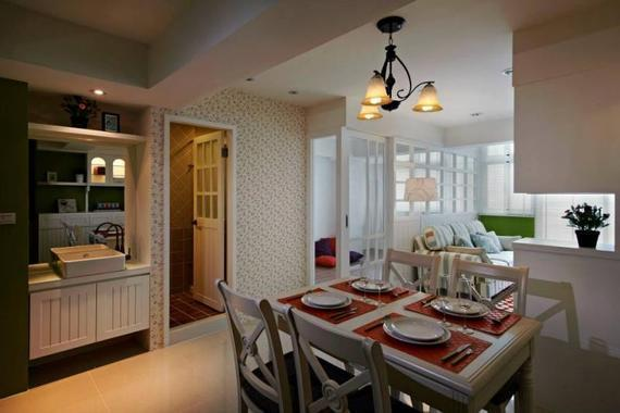 餐厅选用简欧家具,乳白色桌椅在欧式复古吊灯的柔光笼罩下,产生淡淡的