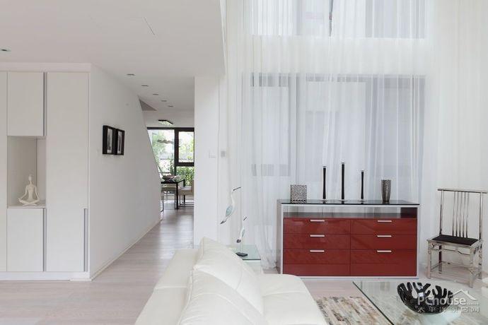 穿过客厅,便来到餐厅,落地玻璃设计让餐厅能饱览阳台风景,清爽宜人.