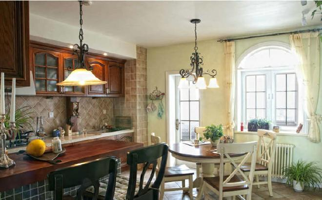 搭配红木色的橱柜,古典田园风格厨房设计让人倍感清新舒爽.图片