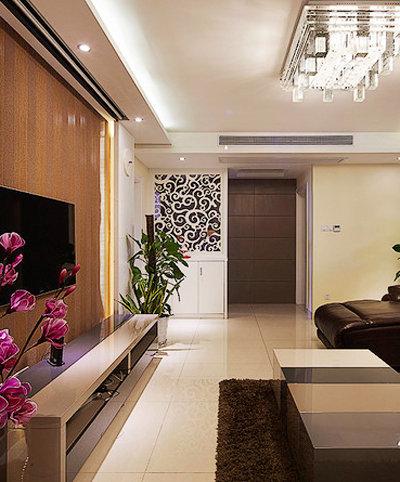客餐厅背靠背设计创意十足;皮质深色沙发与白色墙面形成强烈对比,加上