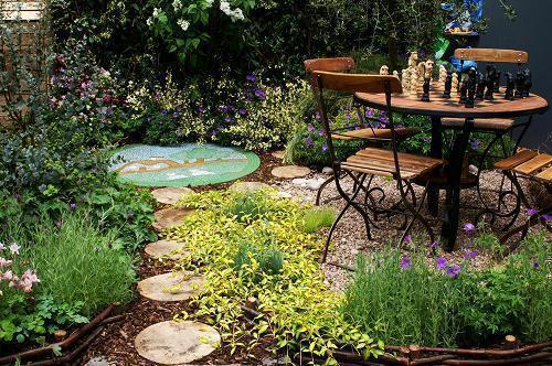 【欧式简约小院设计图】这是个很简易的院子,一把遮阳伞,一套桌椅,几