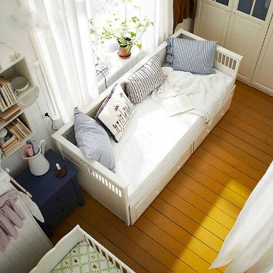 该产品:北欧风格浪漫坐卧床   品牌:简宜家居旗舰店 价格:3499元   选购理由:这款多功能的坐卧两用床,既是家里来客人时客人休息的场所,同时又添置了新的纳物空间,让我家里的小物品整齐收纳。   将为你推荐同类型坐卧两用床,详见如下:   推荐1:实木沙发床   品牌: 嘉宜美旗舰店   价格:5999元